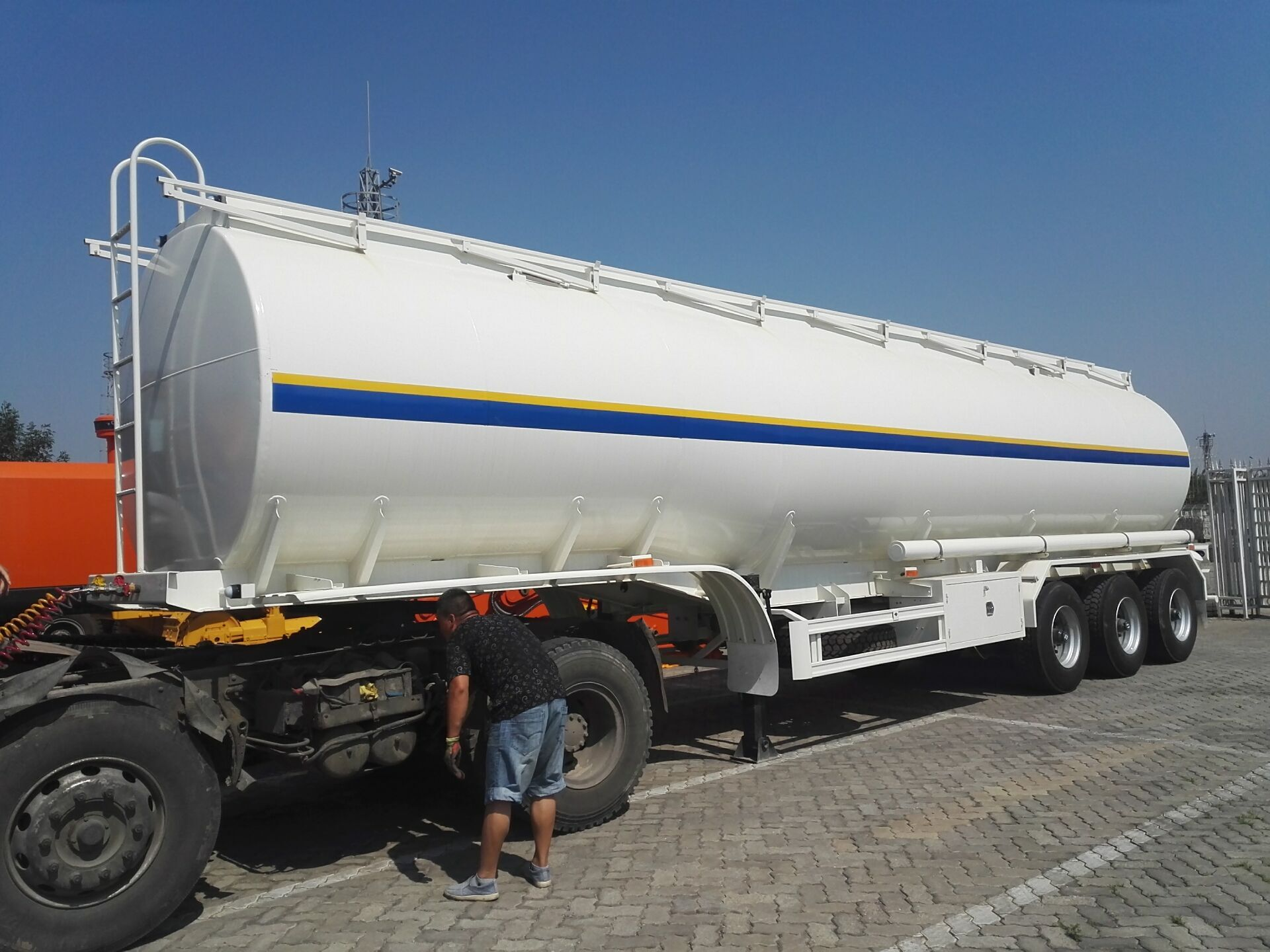 delivery of fuel tanker trailer.jpg