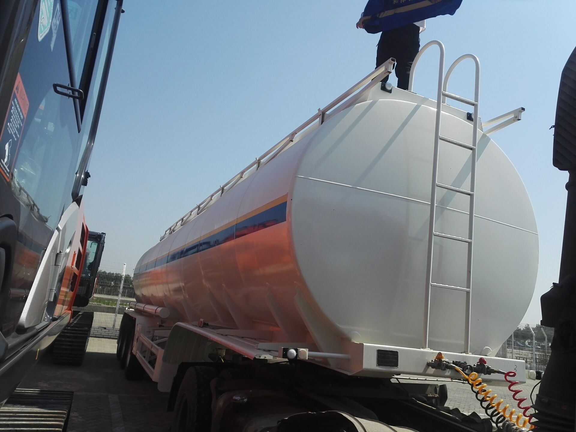 delivery of fuel tanker trailer_02.jpg